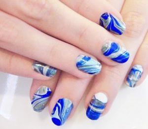 como pintar las uñas con agua