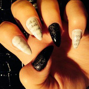 como pintar las uñas con periodicos
