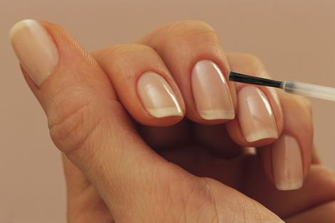 como pintar uñas cortas para que se vean largas