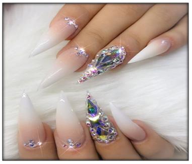 Uñas Puntiagudas Decoradas Con Diamantes